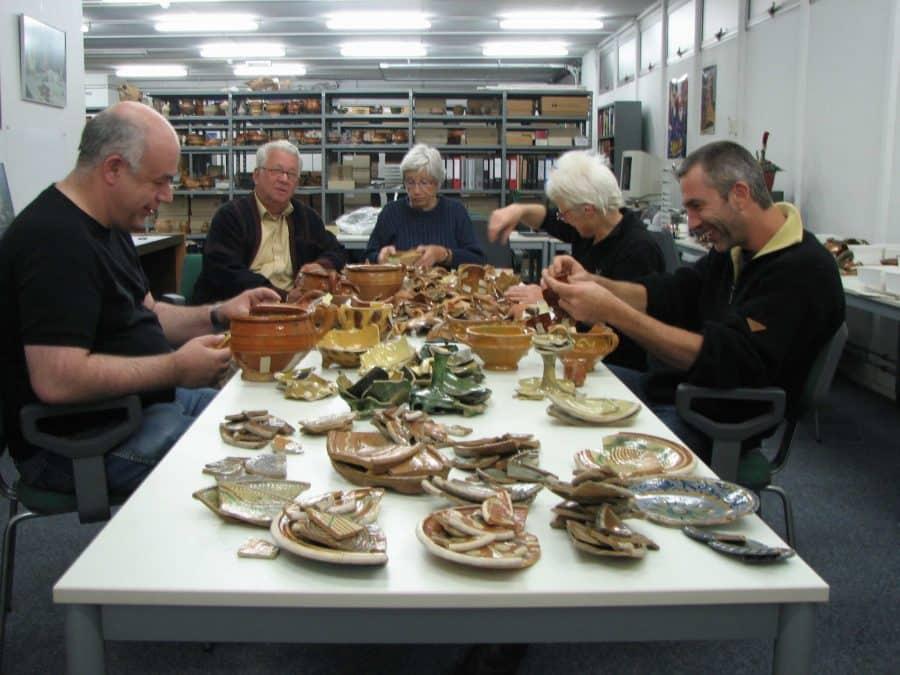Vrijwilligers archeologie gemeente Gorinchem verwerken vondsten beerput Nieuwstad in 2009