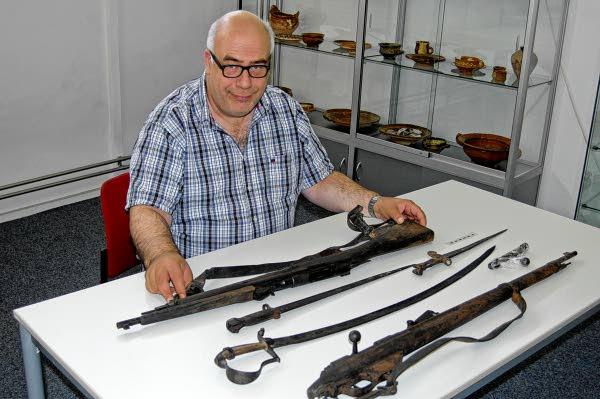 Martin Veen met wapens uit de Gorcumse haven
