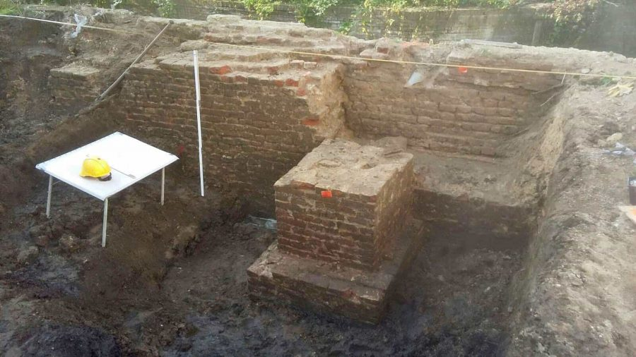 Nadat de toren omstreeks 1580 werd afgebroken bleef dit litteken zichtbaar in de stadsmuur