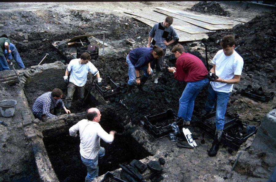 Scholieren assisteren bij het onderzoek aan de Blijenhoek