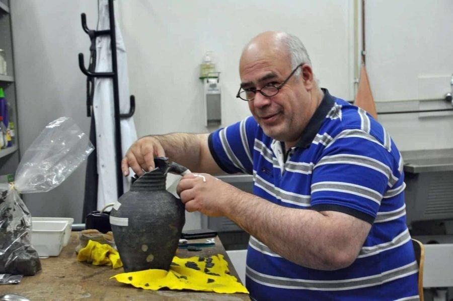 Martin Veen restaureert kan gebruikt als muizenval archeologie Gorinchem