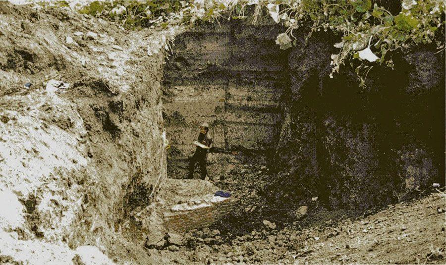 De ruim 6 meter diepe proefsleuf in het bastion, scan foto Marcel Köppen in Veilige Vesting (2002)