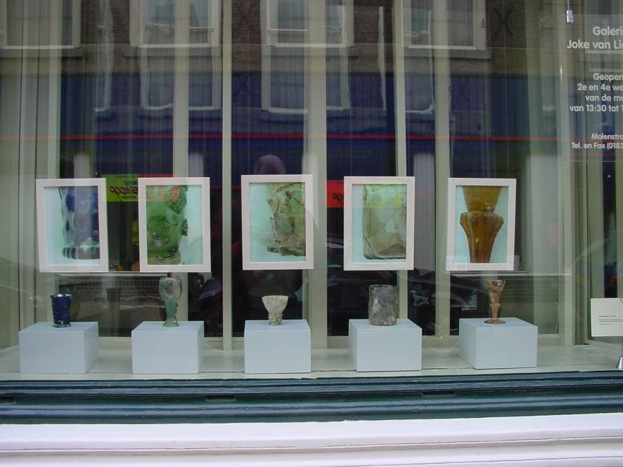 Etalage Galerie Joke van Lieshout met glas uit het Kazerneplein